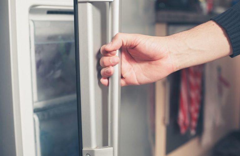 Плохо закрывается холодильник – причины